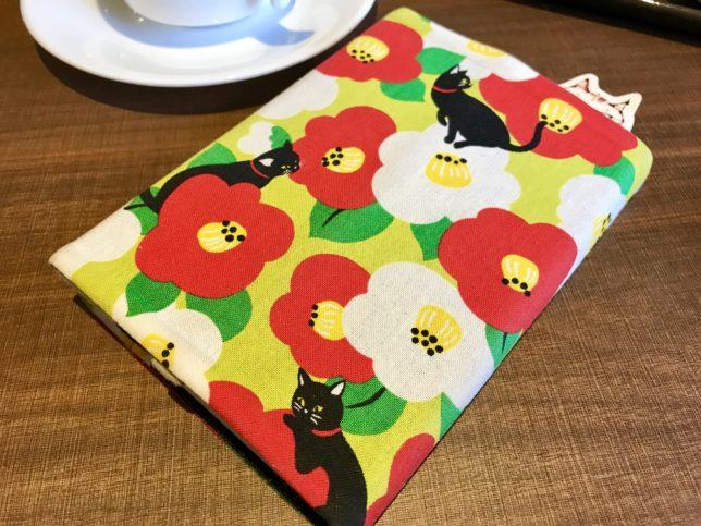 黒猫と椿のブックカバー