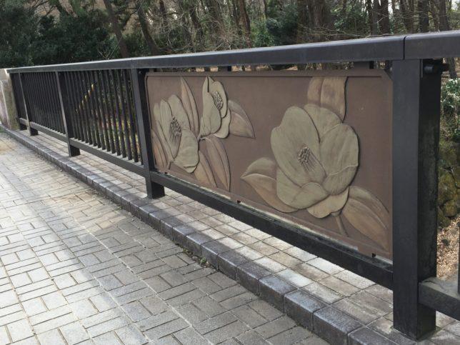 椿園に繋がる橋には椿のレリーフ 神代植物園
